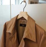 Percha superior de madera de goma del acabamiento suave negro con la barra colgante de los pantalones