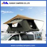 キャンピングカーのキャンバスの屋根の上のテント