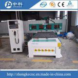 Portas de madeira produzindo linhas router do CNC que cinzela a máquina