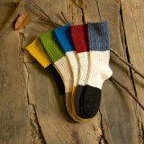 Het kleurrijke Katoen mept Meisje die de Warme Sokken van de Winter opslaan