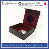 Сложенные картоном коробки плоского подарка косметик упаковывая