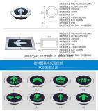 Il bianco corrente della freccia sinistra dell'uomo segna il segno con lettere verde dell'uscita di illuminazione della scheda LED