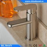 Faucet contemporâneo escovado niquelar da bacia do banheiro