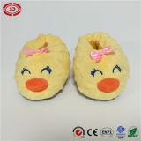 Da cara amarela do sorriso do pato das sapatas de bebê brinquedo encantador da sustentação do pé