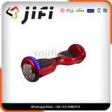 Individu équilibrant le scooter de 2 roues avec la musique de Bluetooth