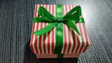 小型の宝石類のギフト用の箱またはイヤリングのボックスまたはリングボックス綿満たされたペーパー