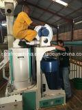 Profissional que instala o moinho do milho da máquina da fábrica de moagem do milho