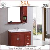Верхняя деревянная мебель ванной комнаты с шкафом ливня зеркала и стены