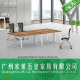 Mesa de reuniones recta moderna de la conferencia de la oficina del diseño simple con el pie del metal