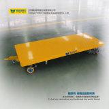 Cadena de producción usar transporte de cargo con el carro de la base plana