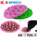 送り装置の皿の飼い犬猫の挿入の食糧ボールを食べる子犬の減速