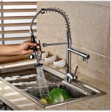Grifo frío de cobre amarillo del fregadero de cocina de la agua caliente con el canalón dual
