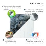 表は白黒Backsplashの灰色のガラスモザイク・タイルを模造する