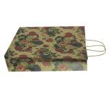 ギフトのパッキングのためのクリスマスの紙袋