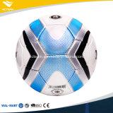 Mano que cose el balón de fútbol fresco del emparejamiento de la talla estándar