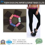 Donne che dimagriscono i pantaloni lunghi neri di Legging di sport con le ghette colorate delle ragazze delle calzamaglia di ginnastica del cinturino della lettera
