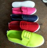 女性の偶然靴のスリップオンのスポーツは蹄鉄を打つ注入の靴(FF1031-4)に