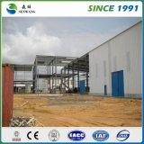 Almacén de la estructura de acero con el panel de emparedado