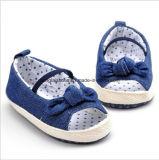 柔らかい最下の伸縮性があるベルトの赤ん坊靴