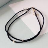 A colar do Choker feita do metal de couro preto perla o ouro/prata