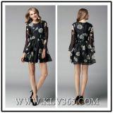 Form-Frauen, die Blumensprung-langes Hülsen-Kleid kleiden