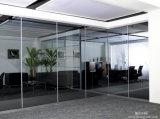 オフィスの移動可能なガラス壁