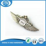 Emblema de prata antigo do metal da asa do chapeamento