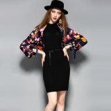 黒く長い袖のベルトが付いている花のBodyconの優雅でまっすぐな服