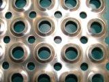 Reforçar em volta do metal perfurado furo