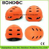 L'extrémité de casque de sûreté de casque de patin folâtre le casque