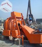 Auto del Ghana Accra che carica betoniera con la tramoggia idraulica di caricamento