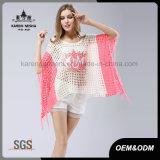 Il colore rosa ha modellato il maglione surdimensionato del poncio del bordo della frangia
