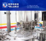 Pequeña máquina de rellenar embotelladoa del agua mineral