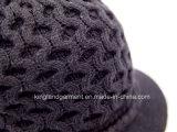 Chapeau évidé tricoté acrylique de 100% avec le bouton de tresse et en métal