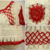Les femmes façonnent à chemise courte le chandail mince de crochet