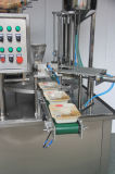 Очищенные завалка чашки воды и машина упаковки запечатывания
