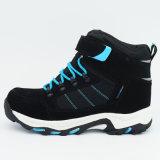 人は靴をハイキングする屋外の履物のスポーツを防水する