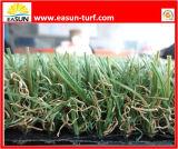Unità di elaborazione di buona qualità che appoggia erba artificiale