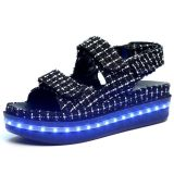 La ragazza di modo di estate dei 2016 commerci all'ingrosso illumina in su il sandalo del LED