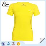 Le signore mettono i vestiti in cortocircuito correnti di ginnastica della maglietta del manicotto
