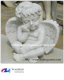 Mano che intaglia di marmo bianco poca statua di angelo
