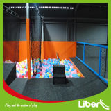 Trampoline Park에 있는 Basketball를 가진 큰 Indoor Gymnastic Trampoline