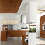 白い純木の台所家具