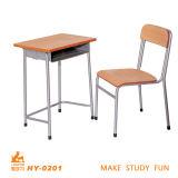 金属の中学校の机および椅子