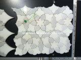 Telha de mármore do mosaico de Carrara da flor de pedra branca natural do jato de água
