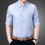 어두운 소나무 패턴을%s 가진 꽃 아래로 사업 단추 남자의 t-셔츠