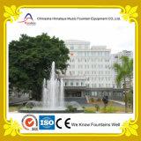Fontaine d'eau décorative moyenne à l'extérieur du bâtiment de gouvernement