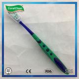 Grande brosse à dents du traitement des adultes avec le nettoyeur de languette