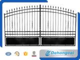 錬鉄の塀の私道のゲート