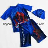 Vestito di nuoto del ragazzo dei capretti. Magliette e pantaloni stampati automobile